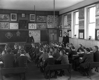 School room filled with children in 1902